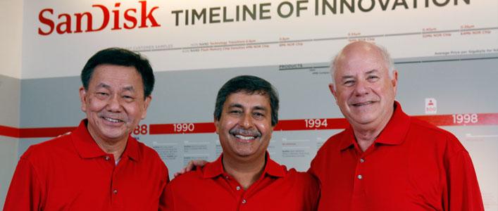 De oprichters van Sandisk. Helemaal links Jack Yuan in het midden Sanjay Mehrotra en links Eli Harari.