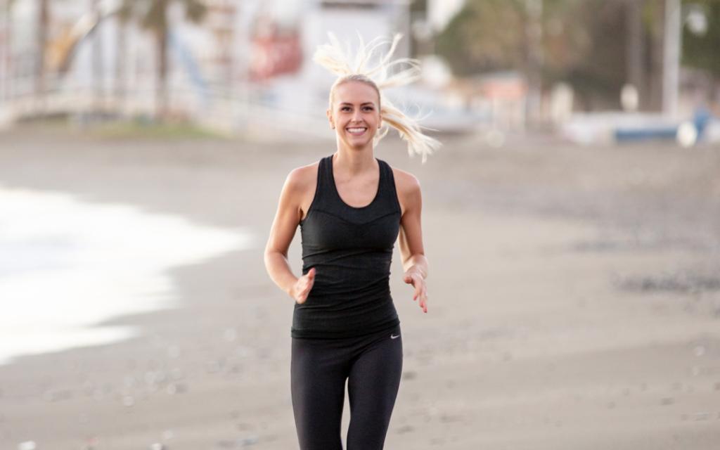 Vrouw wil snel afvallen, dus is ze aan het hardlopen, wat beter gaat dankzij een geheugenkaart