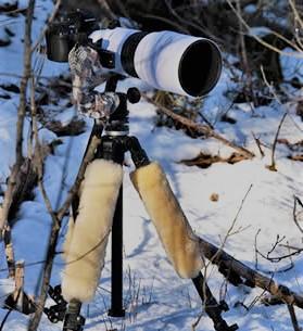 Een camera op een statief in de sneeuw.