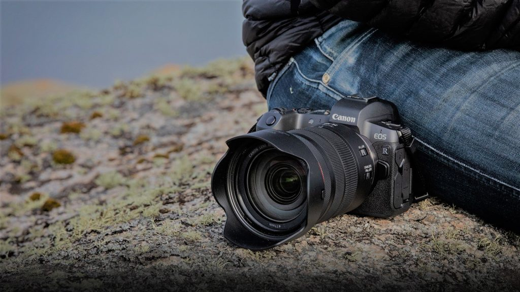 De Canon EOS R liggend op een rots.